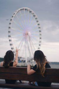 Twee vrouwen zitten samen op een bankje