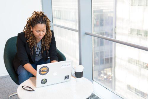 vrijwilligers digitaal werven: vrouw volgt virtuele infosessie